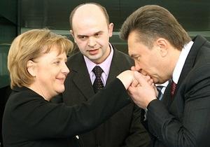 Янукович поздравил Меркель с днем рождения, назвав ее ярким политиком