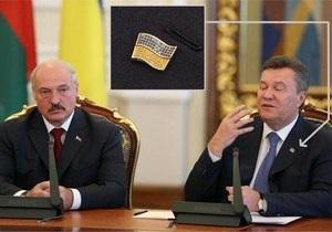 Янукович носит значок-флаг Украины, инкрустированный блестящими камнями