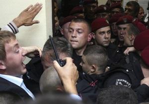 Охрана силой вытеснила операторов и журналистов из зала Печерского суда