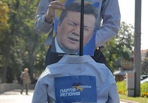 В центре Киева поиздевались над чучелом Януковича