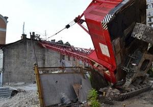 В центре Киева строительный кран упал на жилой дом