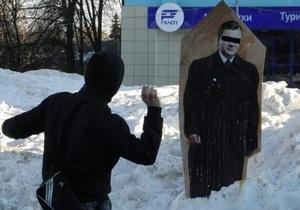 В Сумах портрет Януковича забросали яйцами