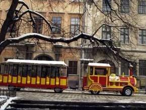 По центру Львова ездят экскурсионные чудо-поезда