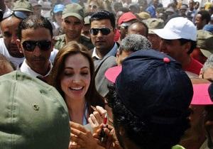В лагере беженцев толпа едва не затоптала Анджелину Джоли