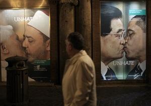 Белый дом осудил Benetton за рекламу с целующимся Обамой