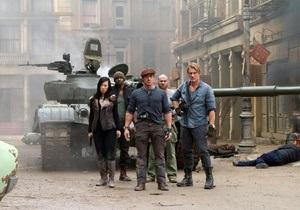 Неудержимые-2 вторую неделю лидируют в российском кинопрокате