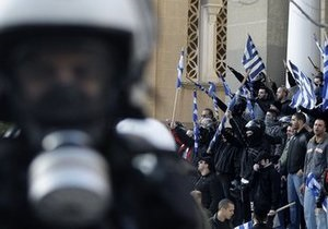 Беспорядки в Афинах: в городе подожгли банк и бюро правящей партии