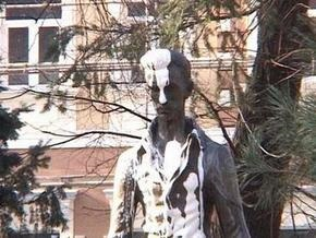 В Ужгороде облили краской памятник Шандору Петефи: венгерское консульство возмущено