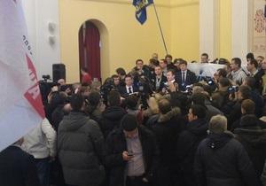Новости Киева - штурм Киевсовета - Активисты искали Герегу для выяснения ситуации с Киевсоветом, она обещает пустить 20 человек на заседание