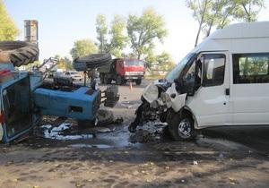 В Киевской области междугородный автобус столкнулся с трактором