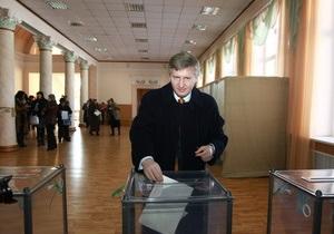 Фотогалерея: Ахметов на избирательном участке