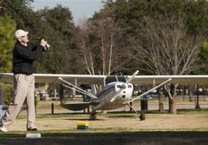 В США легкомоторный самолет врезался в крышу жилого дома