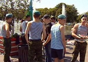 День ВДВ в России: купание в фонтанах и стычки с полицией