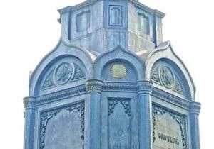Столичные реставраторы не смогли вернуть отремонтированный медальон на постамент памятника князю Владимиру