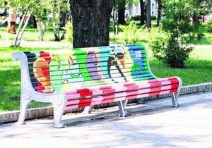 В одном из киевских парков появились расписные скамейки