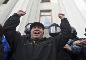 Митингующие чернобыльцы пытаются прорваться в здание Рады