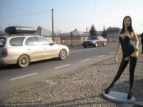 Румын рекламировал садовых гномов с помощью пластмассовых проституток
