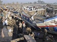 В Пакистане переполненный поезд сошел с рельсов: десятки погибших