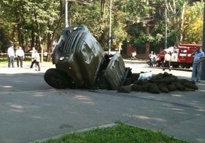 В Днепропетровске грузовик провалился под землю