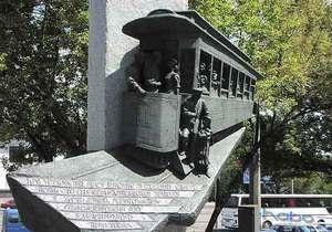 В Киеве с Почтовой площади убрали памятник Первому киевскому трамваю
