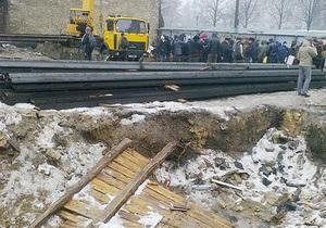 Новости Киева - В Киеве протестующие повалил забор вокруг стройки в Десятинном переулке