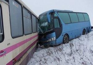 В Донецкой области водитель автобуса, расчищавший стекла от снега, погиб под колесами другого автобуса - ДТП - снег