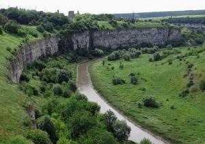 В Каменце-Подольском мужчина пытался прыгнуть со скалы из-за несчастной любви