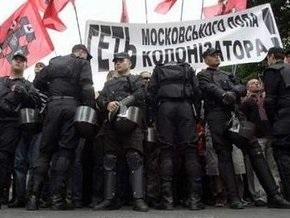 Сторонники УНА-УНСО возле гостиницы Киев протестовали против визита патриарха Кирилла