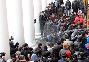 Свобода требует возбудить уголовное дело против охраны Одесского горсовета