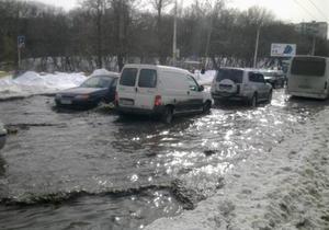 В Голосеевском районе Киева затопило часть улицы