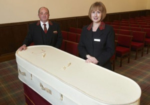 Новости Великобритании: Похоронное бюро предлагает клиентам шерстяные гробы