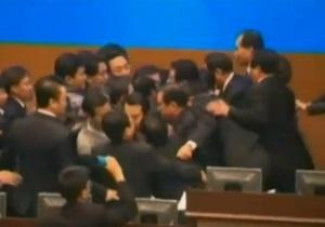 Южнокорейские депутаты устроили массовую драку из-за закона о бесплатном питании в школах