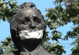 Во Львове заклеили рты памятникам выдающимся украинцам