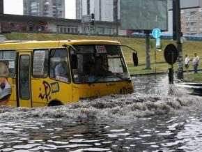 В Киеве ливень затопил улицы возле метро Левобережная