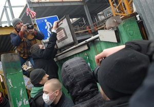 Сегодня возобновилось скандальное строительство над метро Театральная в Киеве