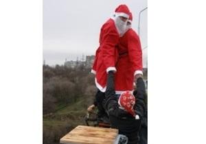 В Запорожье около 50 Дедов Морозов прыгнули с сорокаметрового моста