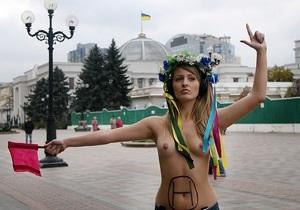 Федорыч, взлетай: Обнаженная активистка FEMEN напомнила Януковичу об опасности вертолетов