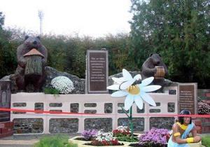 На Донбассе открыли памятник пчеле