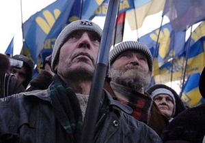 Во Львове Януковича встретили пикетом: митингующие подрались с милицией