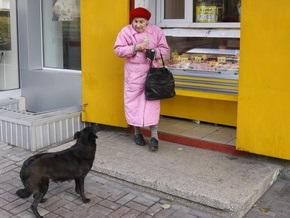 Опрос: Каждому третьему украинцу не хватает денег на еду