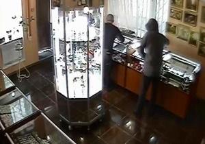 В Сумской области трое злоумышленников с топором ограбили ювелирный салон