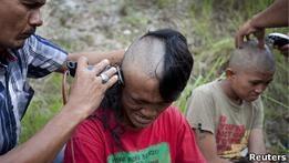 В Индонезии обрили головы панкам  с целью перевоспитания