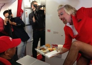 Стюардесса по имени Ричард: британский миллиардер отработал день бортпроводницей