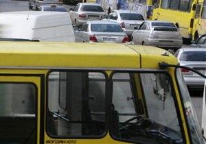 В Киеве водитель маршрутки стал причиной столкновения шести автомобилей. Есть пострадавшие