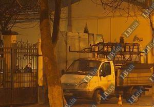 СМИ: На месте вооруженной потасовки в Киеве ворота заменили металлическими щитами