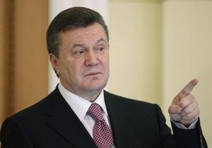 Ъ: Виктор Янукович разрубает морской узел