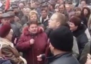 Митингующая под Кабмином женщина во всеуслышание обругала Януковича