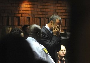 После предъявления обвинения в убийстве Писториус расплакался в зале суда