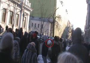 Партия регионов - снежки - Горина - нападение - митинг - Рада - Регионалка заявила, что в нее бросали не снег, а кусок земли