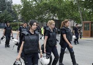 В Турции демонстранты начали дарить полицейским цветы